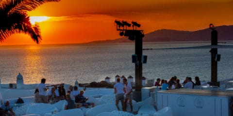 Bar gay ao pôr do sol em Mykonos - Elysium