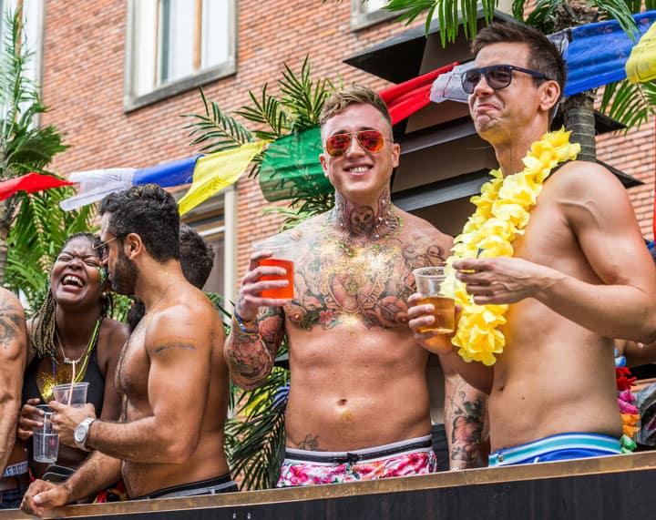 Trois mecs participent à la Copenhagen Pride 2016