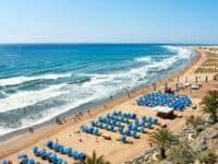 Pantai berpasir tepi laut