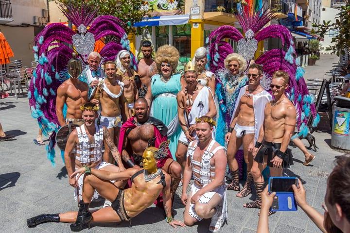 سيتجيس ، إسبانيا - 19 يونيو 2016: المواقف - 19 يونيو 2016: فخر المثليات والمثليين ومزدوجي الميل الجنسي ومغايري الهوية الجنسانية في شوارع سيتجيس ، إسبانيا في 19 يونيو 2016.