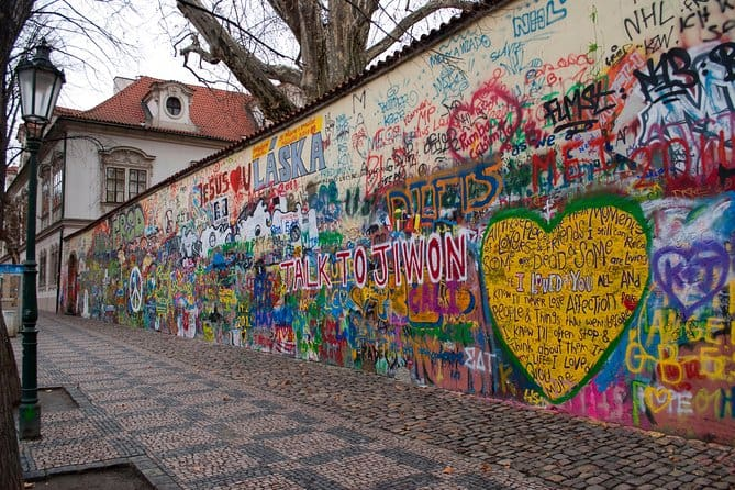 TravelGay raccomandazione Praga contemporanea: tour a piedi senza guida con app mobile