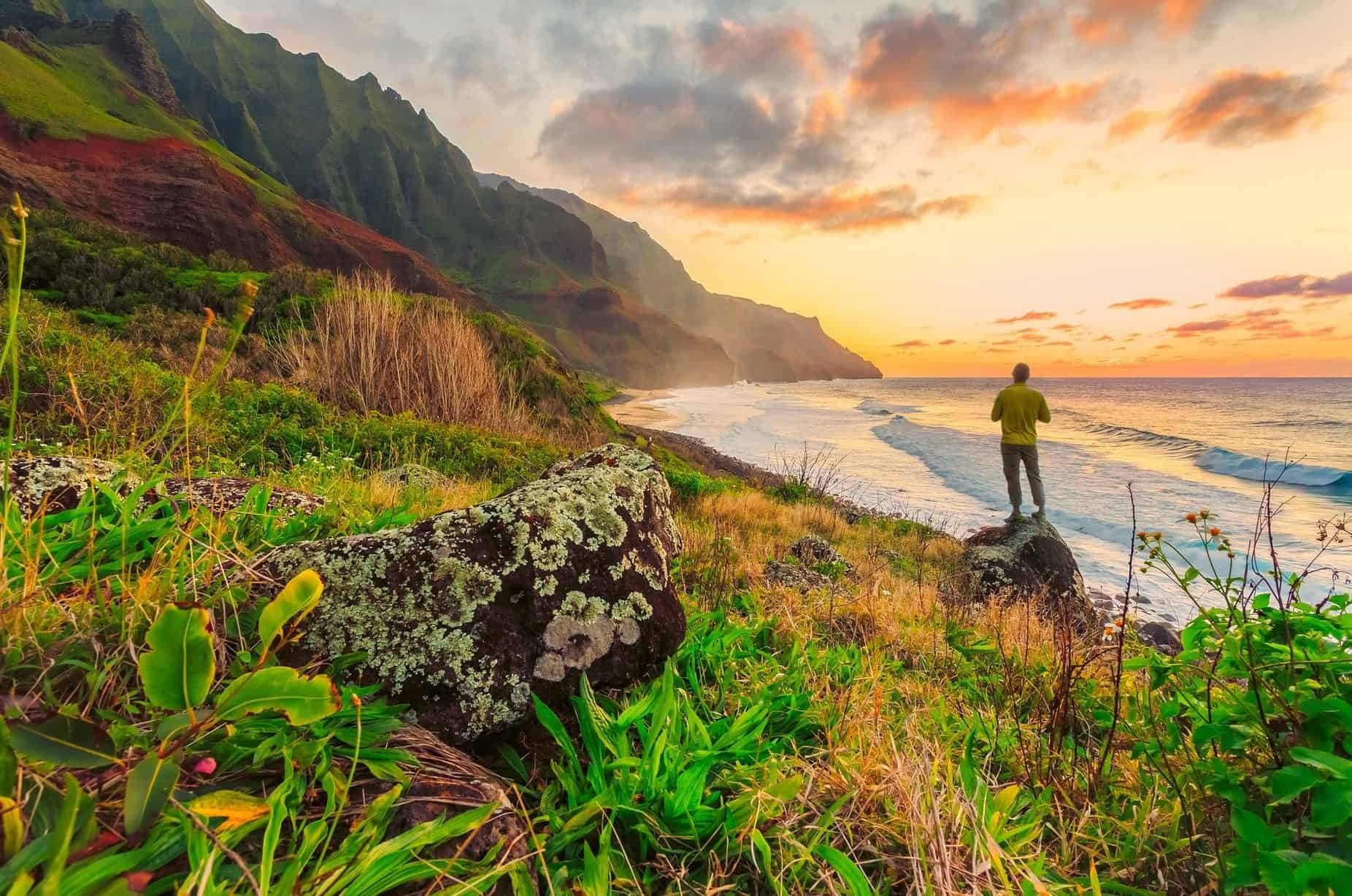 Uomo che fa un'escursione a Honolulu